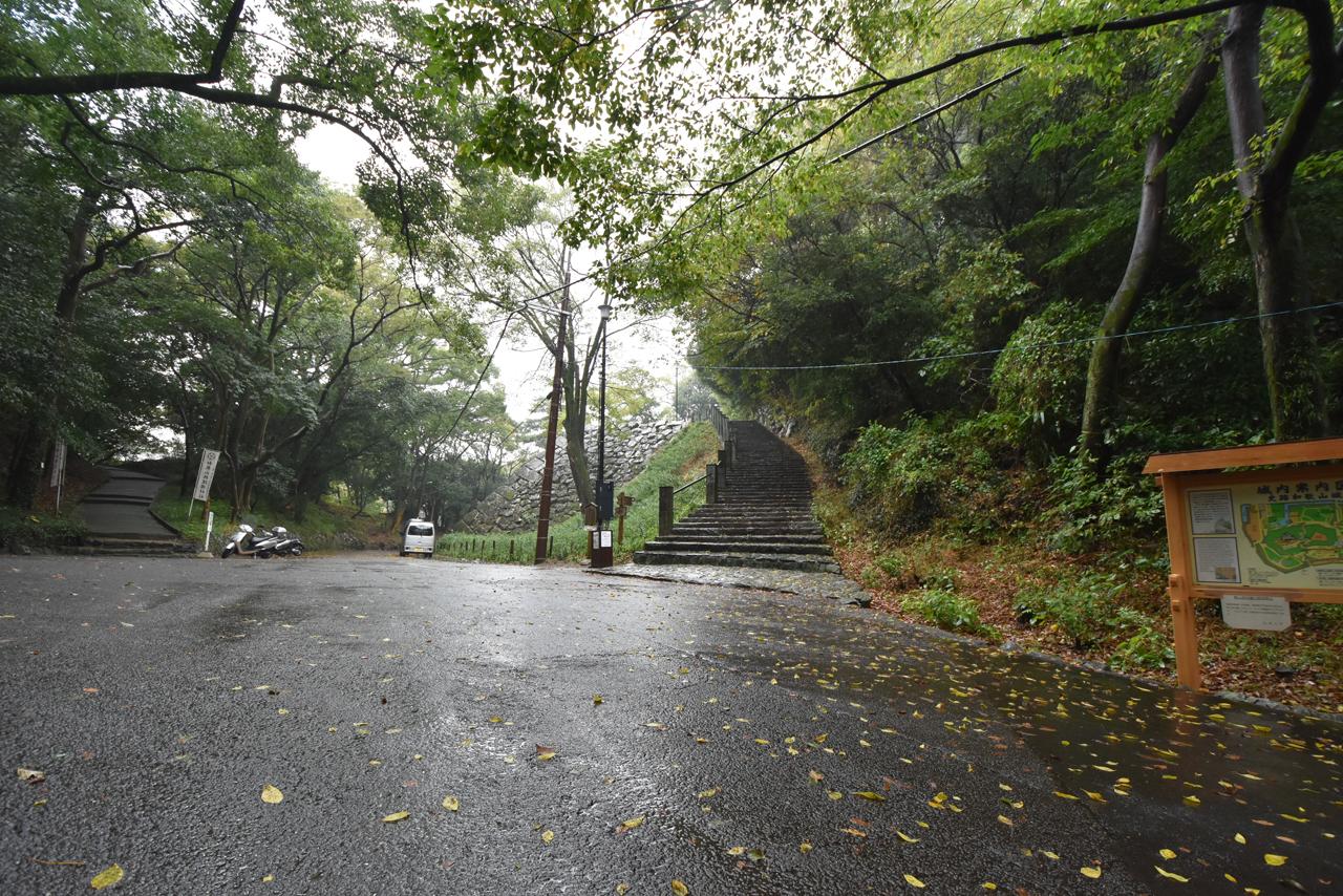 雨の中和歌山城へ